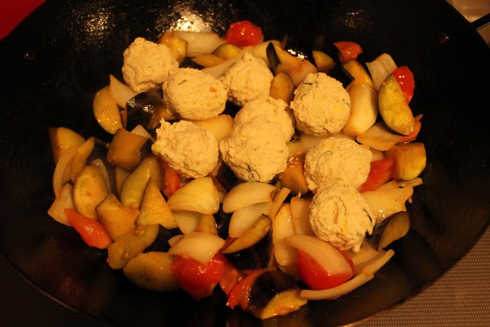 鶏肉団子と4種のお豆のトマトソース煮込みキット_調理